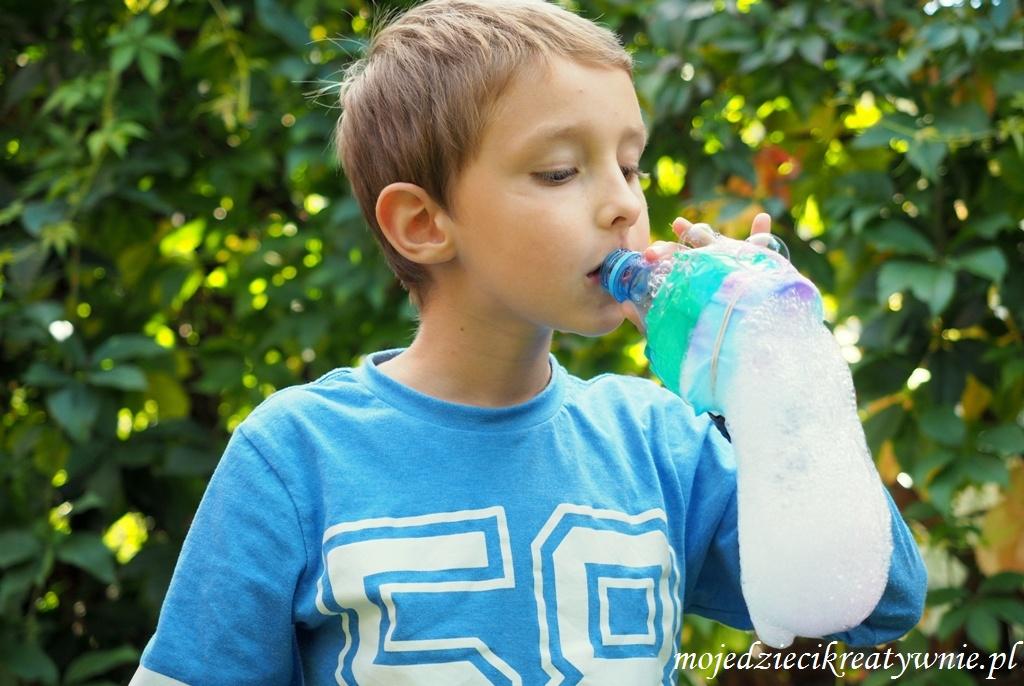 pienisty wąż, zabawy dla dzieci na dworzu, zabawy i eksperymenty z wodą