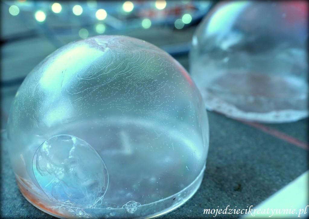zimowe zabawy z dziecmi, mrożone bańki mydlane
