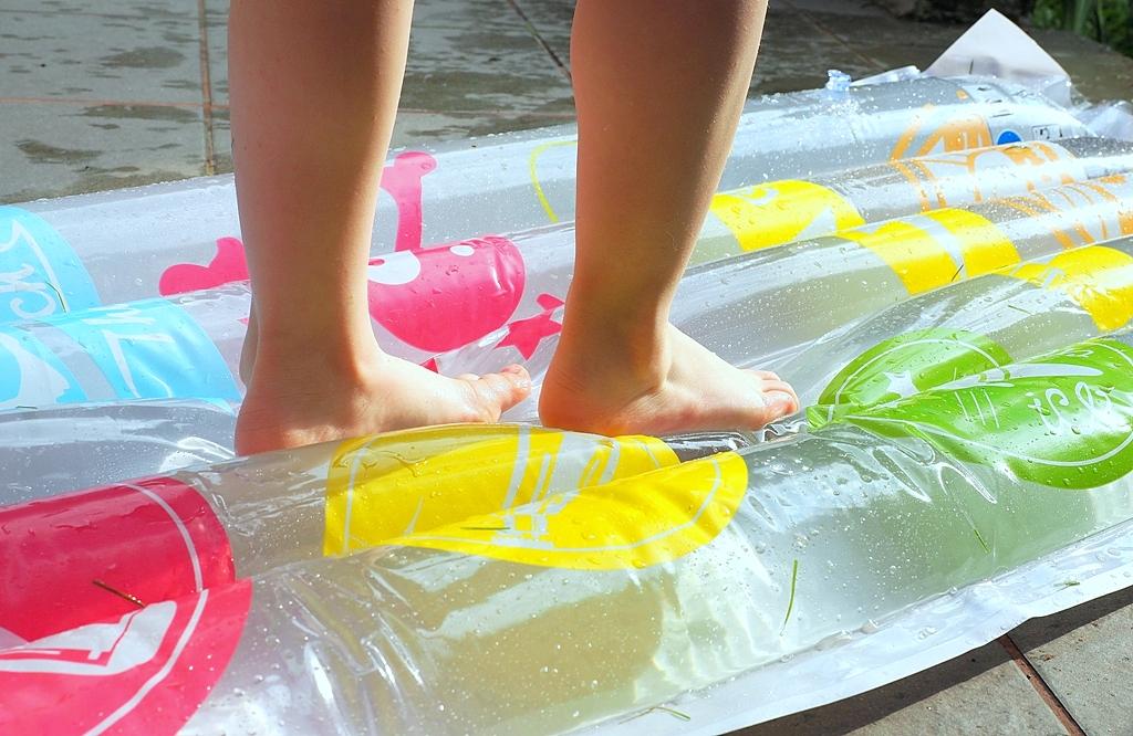 zabawy sensoryczne dla dzieci, Zabawy i eksperymenty z wodą, materac wodny