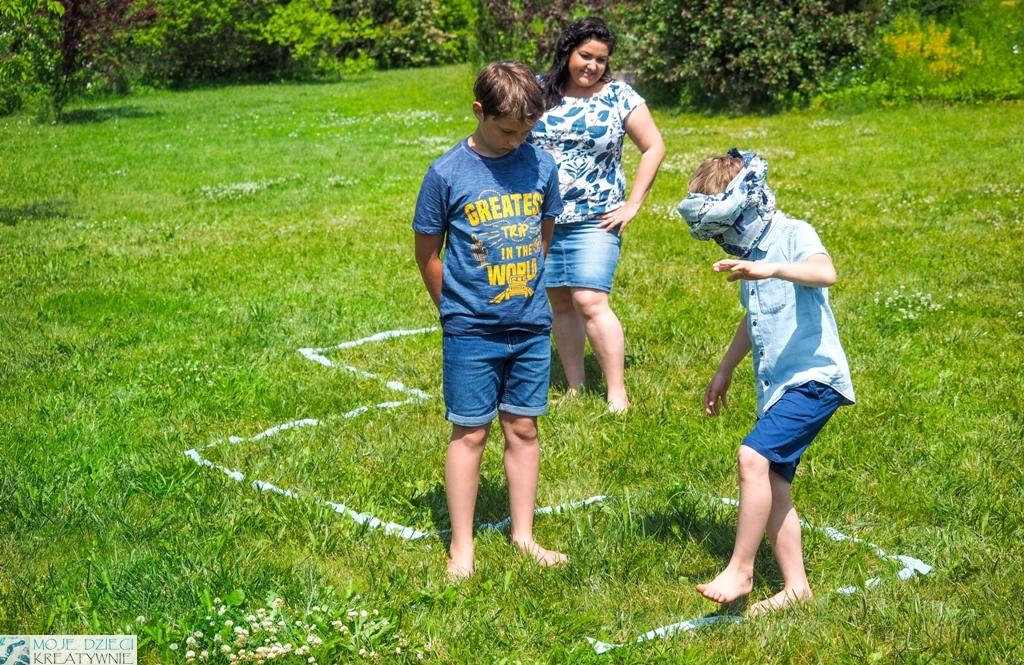 zabawy w ogrodzie, zabawy na lato, co robić z dziećmi na dworze, zabawy w kodowanie na dworze, zabawy w kodowanie offline