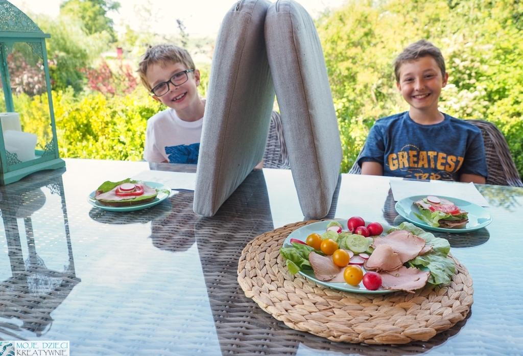 nauka kodowania, zabawa w kodowanie, dzieci robią kanapki w ogrodzie zgodnie z przepisem, zabawy w kodowanie offline.