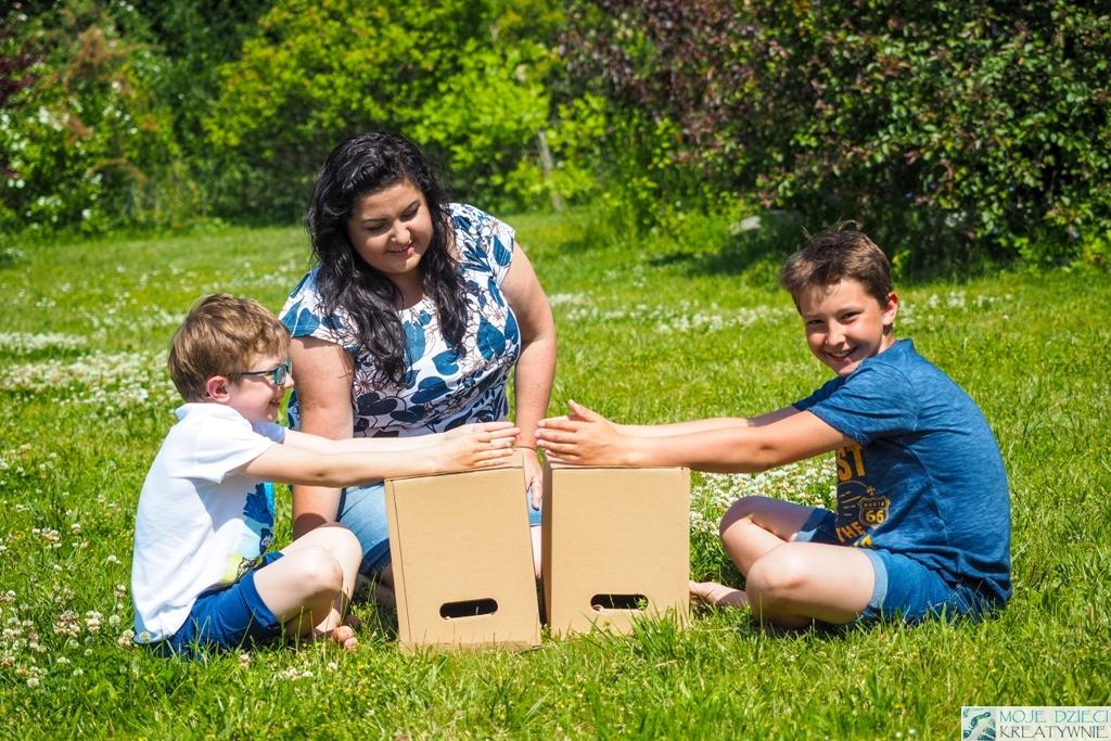 dzieci bawią się w ogrodzie, kodownie dla dzieci, pomysły na zabawy w kodowanie, moje dzieci kreatywnie.