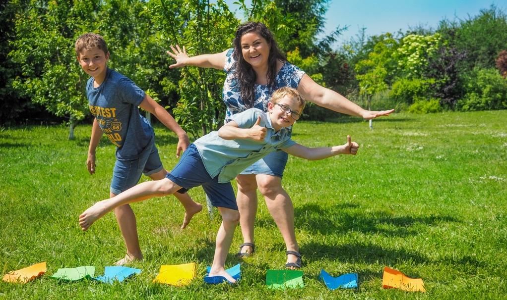 zabawy w kodowanie, zabawy w ogrodzie, dzieci bawią się w ogrodzie, pokonywanie trasy według algorytmu, zabawy w kodowanie offline, zabawy w kodowanie bez komputera.