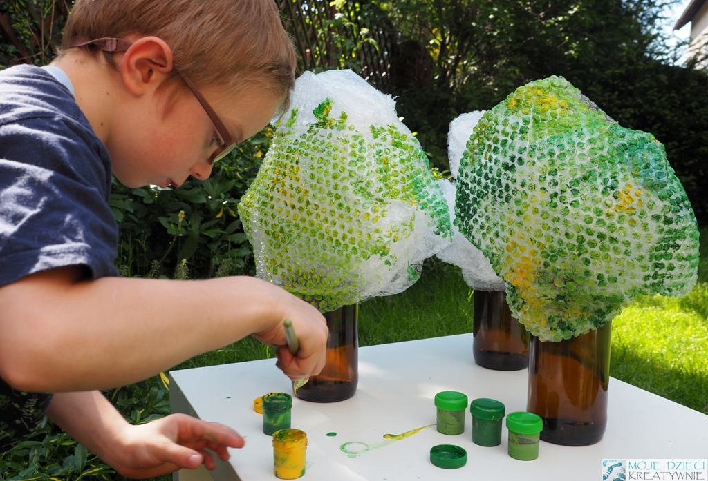 ciekawe prace plastyczne dla przedszkolakow drzewo z farbami i butelki