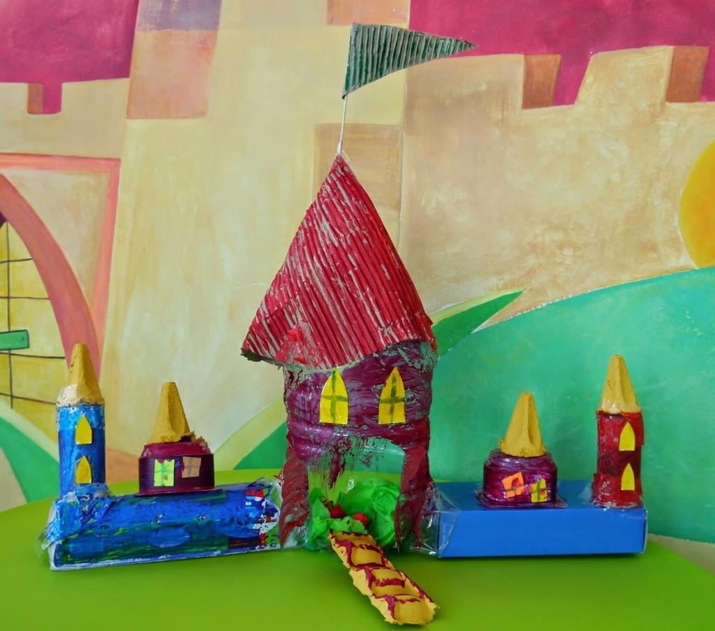 картонные и переработанные игрушки и дома