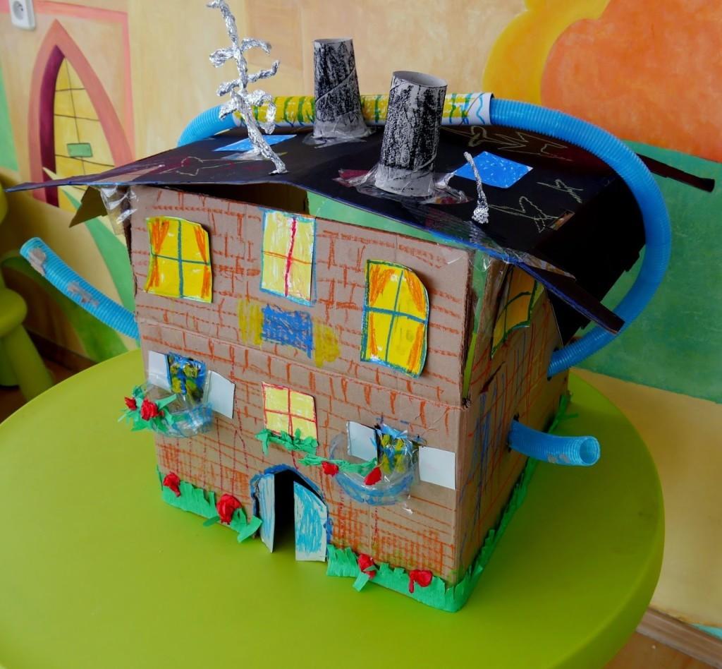 дома и игрушки из картонных рулонов и бутылок