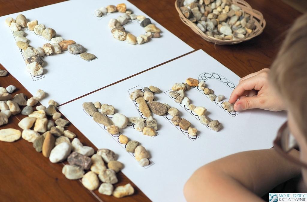 kreatywne zabawy dla dzieci z kamieniami alfabet do druku