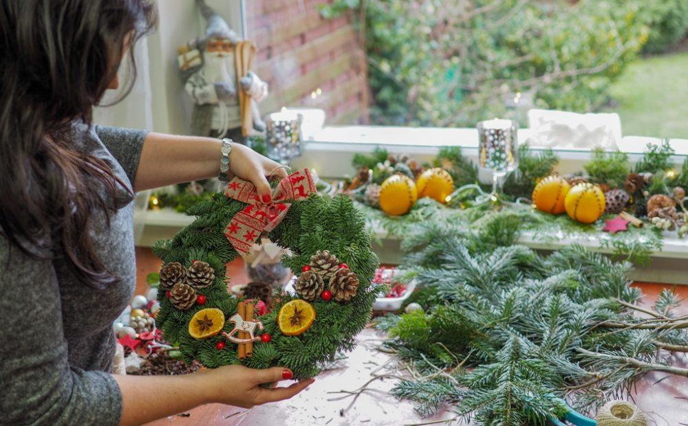 dekoracje bożonarodzeniowe diy, zieniec bożonarodzeniowy, jak zrobić wieniec świateczny