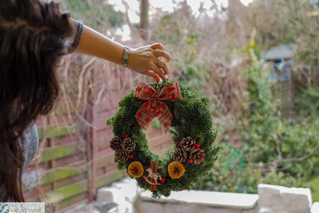 dekoracje świateczne na okno bożonarodzeniowe