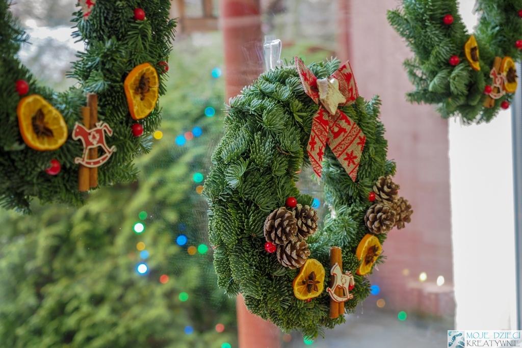 jak robić świąteczny wianek, wianek na okno, dekoracje bożonarodzeniowe na okno
