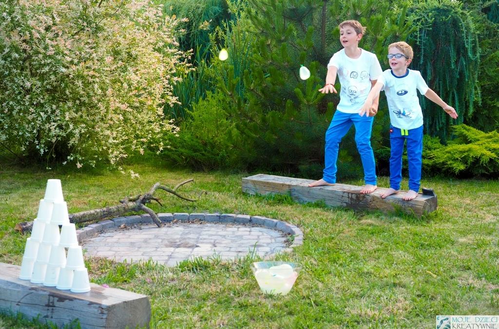Zabawy i eksperymenty z wodą, rzucanie balonami wodnymi, zabawy balonami wodnymi, moje dzieci kreatywnie
