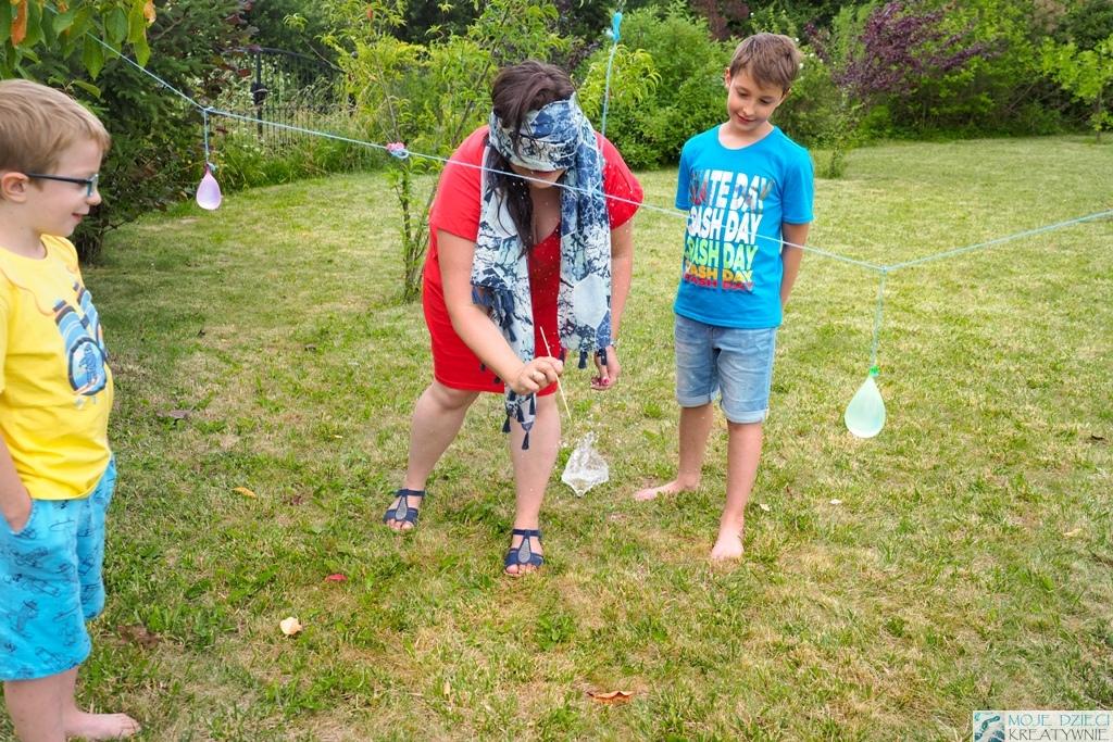 Zabawy i eksperymenty z wodą, zabawy z balonami wodnymi, co można robic latem z dzieckiem, przebijanie balonów