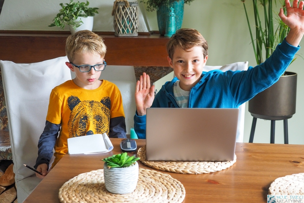 nauka kodowania dla dzieci, nauka programowania dla dzieci, dzieci uczą się programowania na komputerze.
