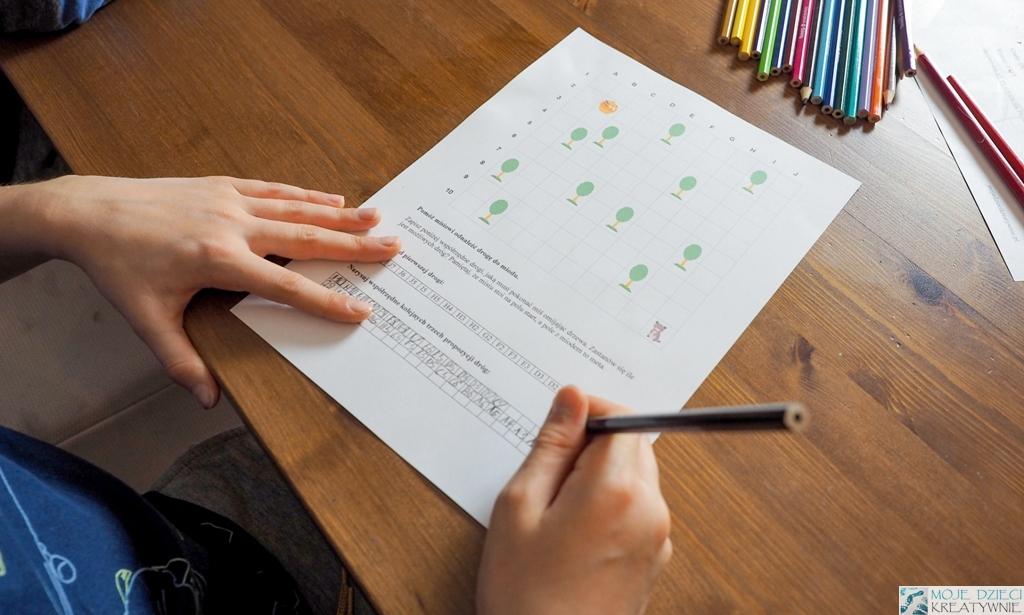 szablon z obrazkiem misia oraz drzew do nauki kodowania, karta pracy do wydruku, dziecko koduje obrazek.