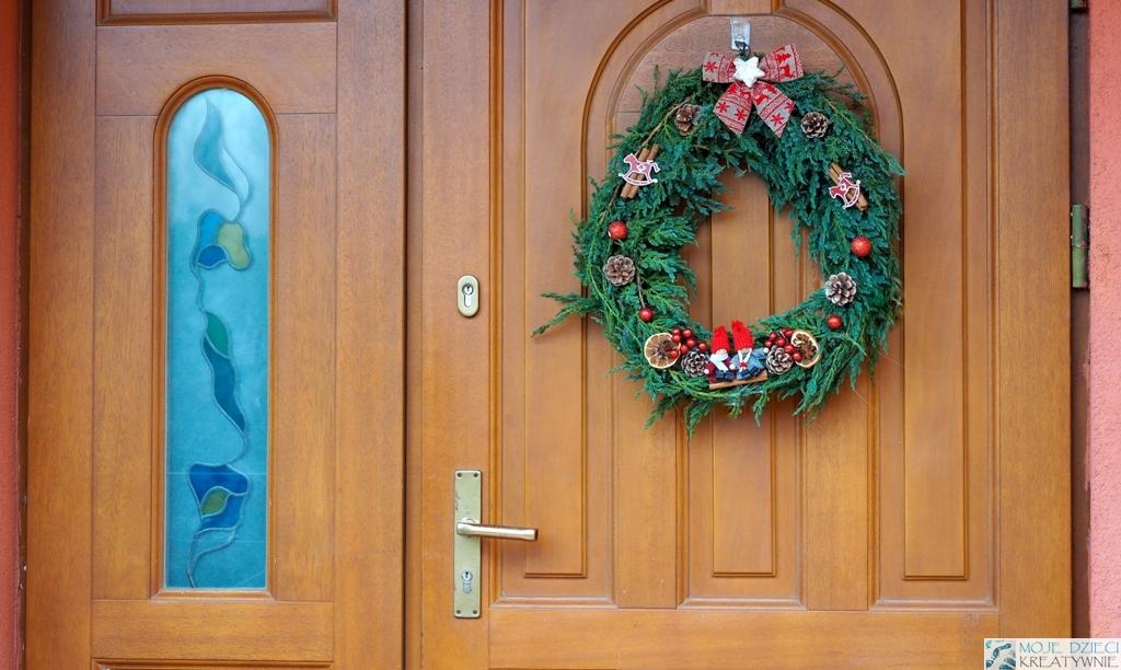 świąteczny wianek na drzwi