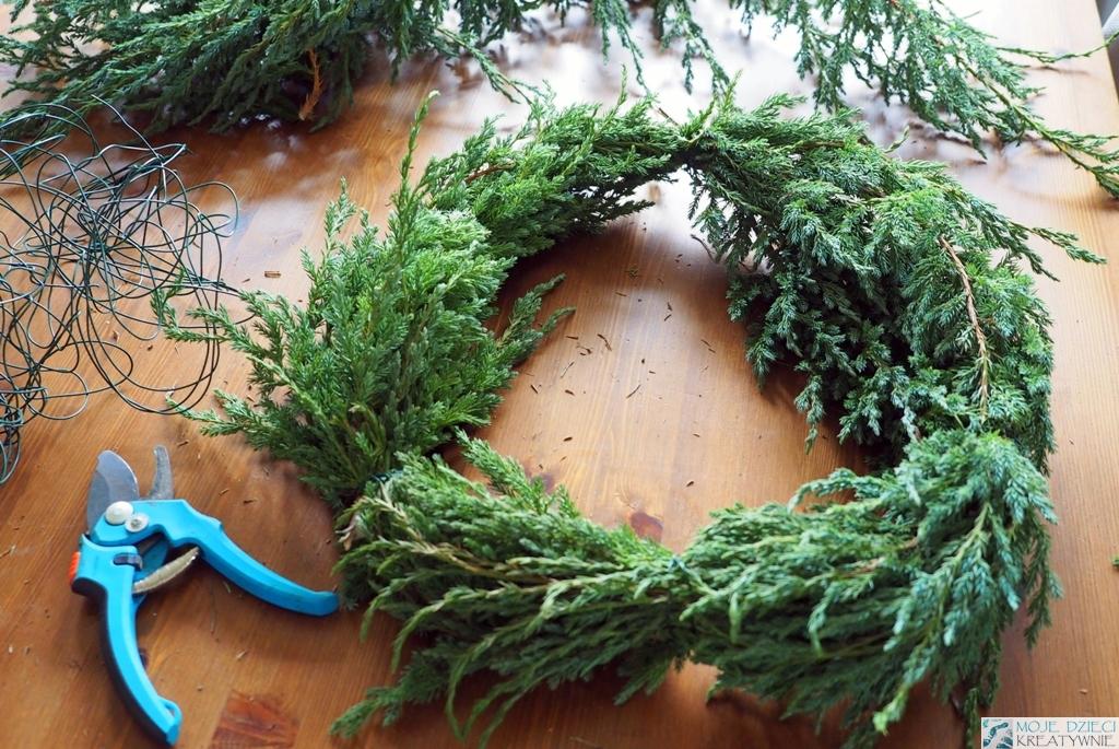 jak zrobić świąteczny wianek z gałązek