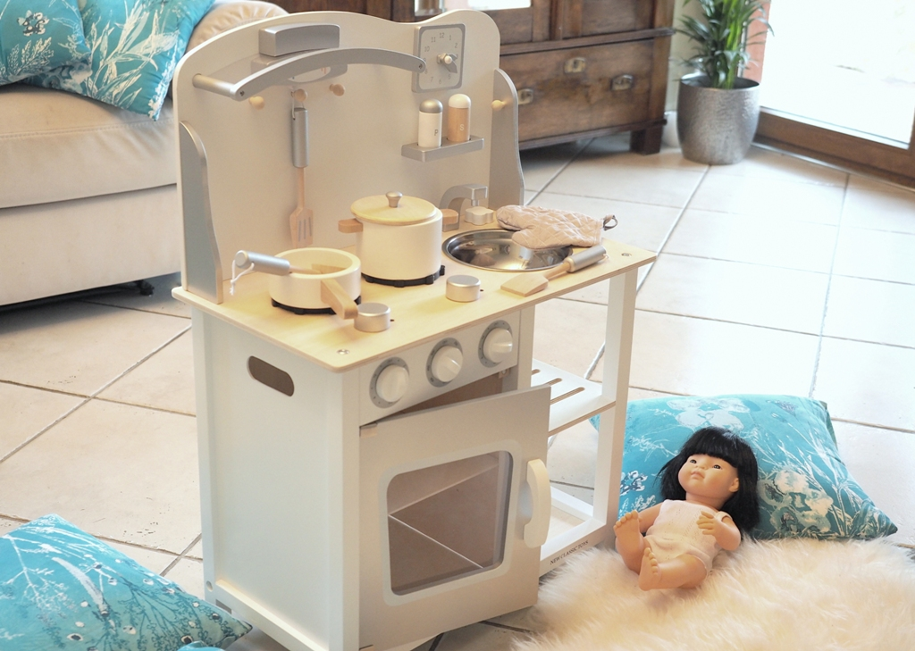 drewniana kuchnia dla dziecka, drewniana kuchnia zabawka, zabawkowa kuchnia z drewna
