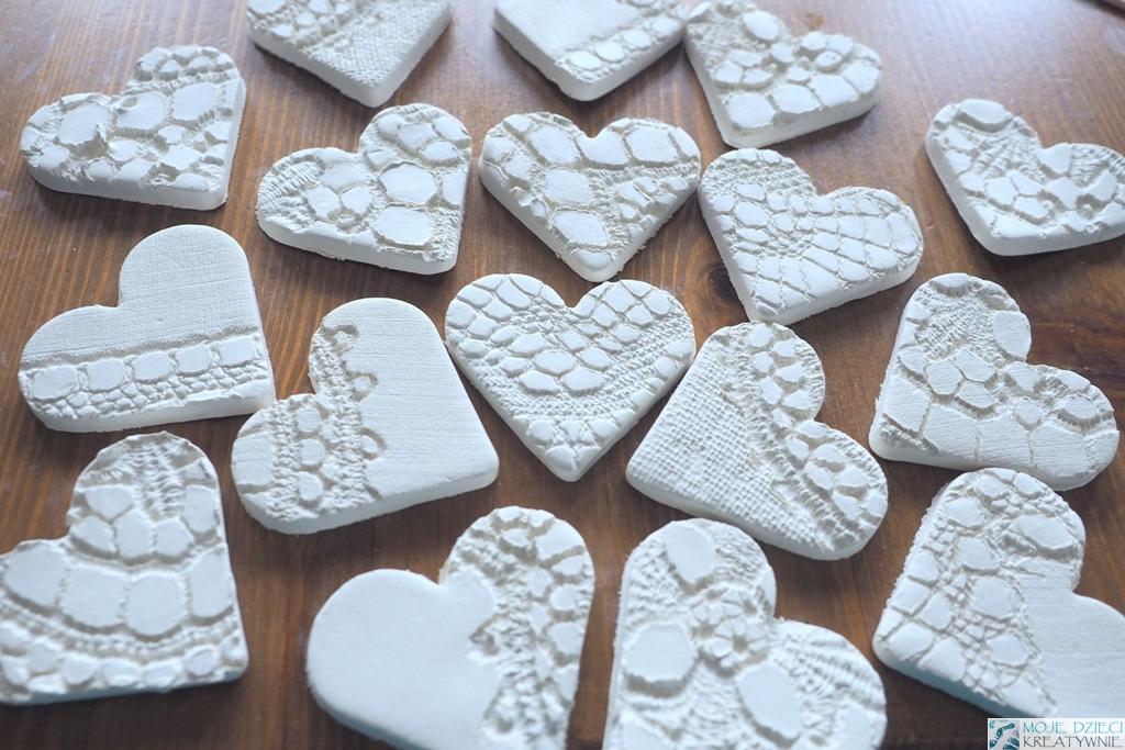 serca z masy solnej, serca z gliny, pomysły na prace plastyczne na walentynki