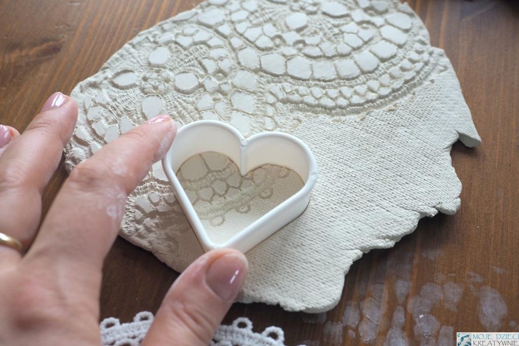 wycinanie serc z gliny, serca z masy solnej, prace plastyczne na walentynki