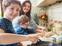 zostań w domu, moje dzieci kreatywnie gotują w kuchni