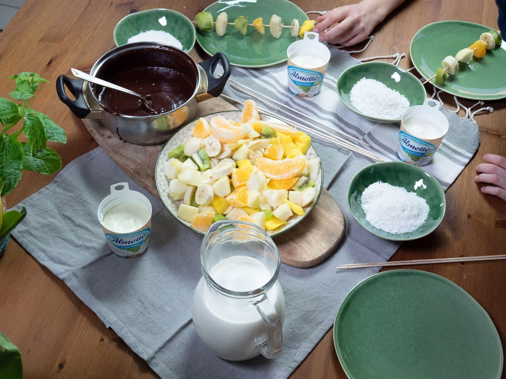 Owocowe szaszłyki z fondue czekoladowym