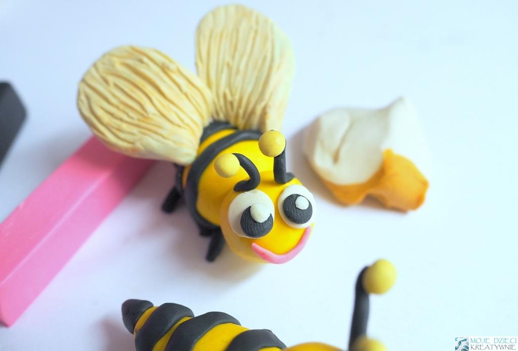 pszczoła z plasteliny krok po kroku, pszczoła z plasteliny youtube, pszczoła z plasteliny film, figurki z plasteliny dla dzieci