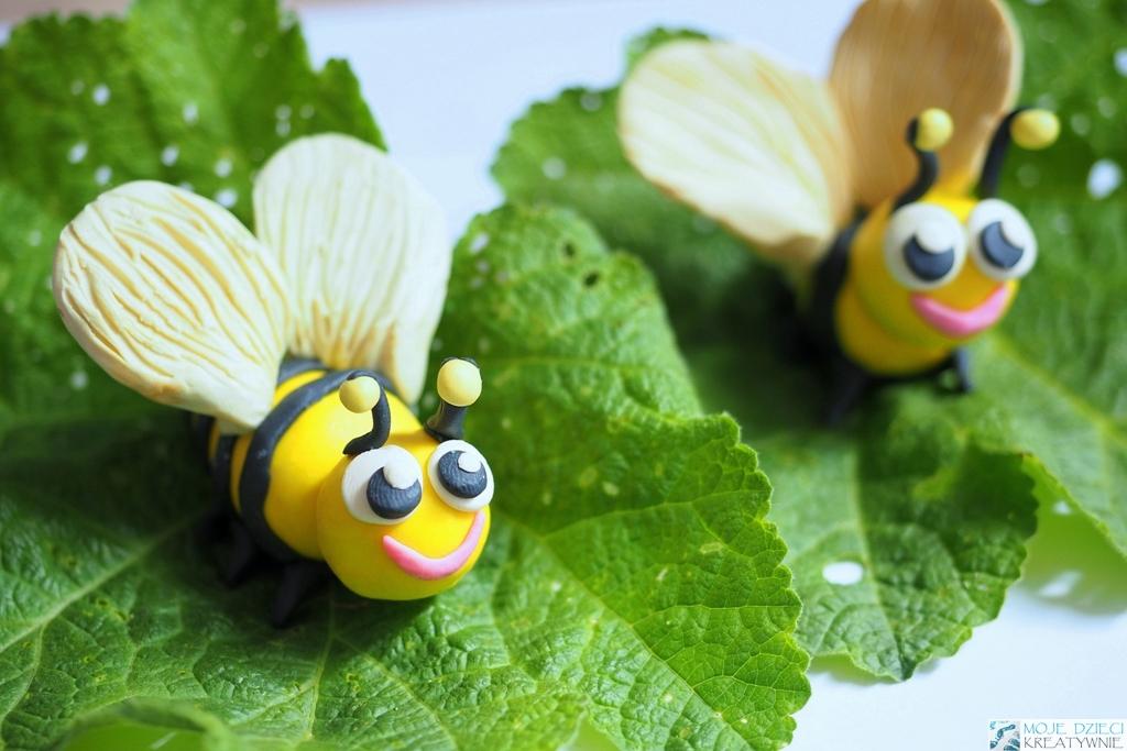 zwierzątka z plasteliny, lepienie z plasteliny dla dzieci, pszczoła praca plastyczna, pszczoła z plasteliny