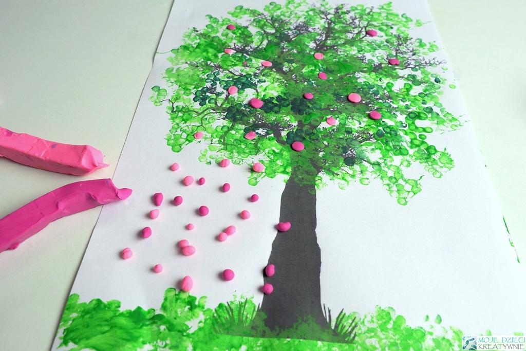 Wiosenne prace plastyczne, wyklejanie plasteliną, wiosenne drzewko
