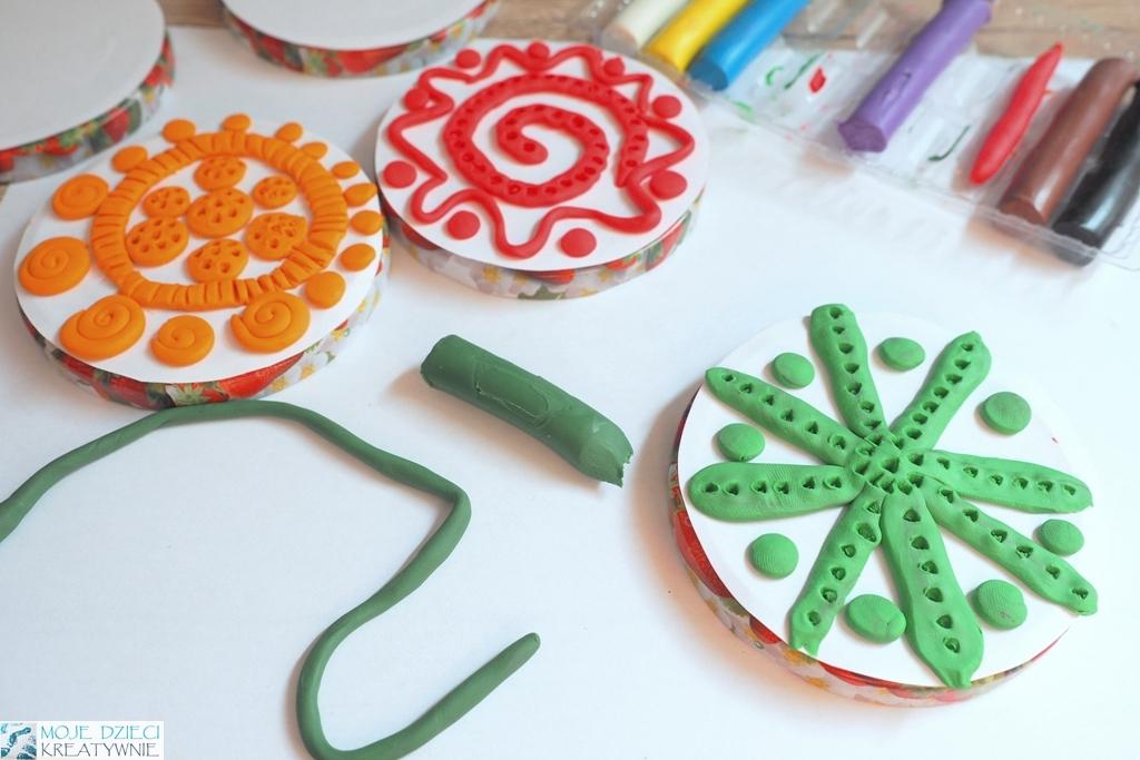 jak zrobic stemple z plasteliny, zabawy plastyczne dla dzieci, pomysły na zjęcia w przedszkolu