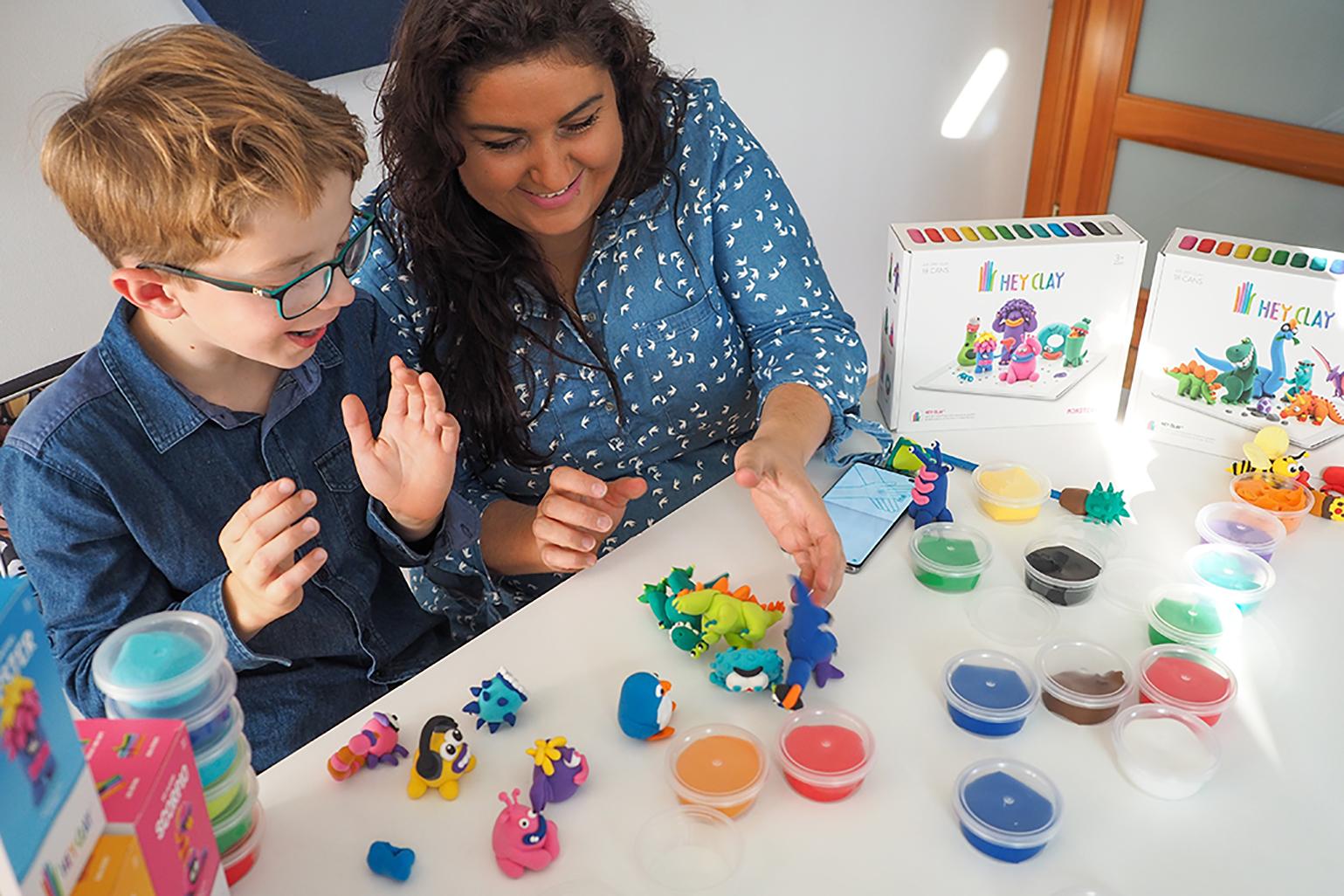 Mama i dzieko bawią sie masą hey clay, zabawy i lepienie z masy pełnej kreatywności hey clay