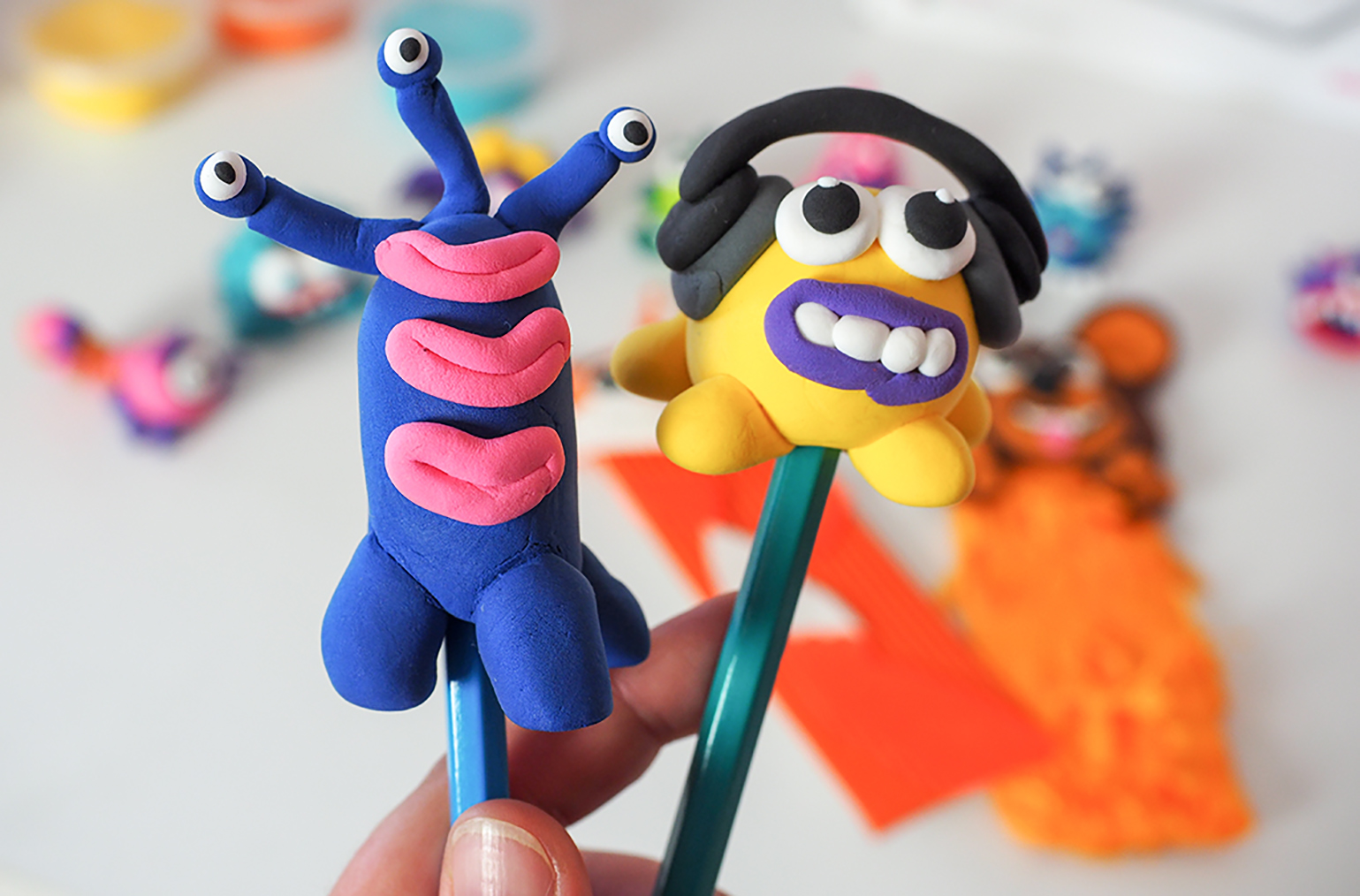 stworki z plasteliny, zabawne figurki z plasteliny jako nakładki na kredki i ołówki wykonane z masy hey clay.