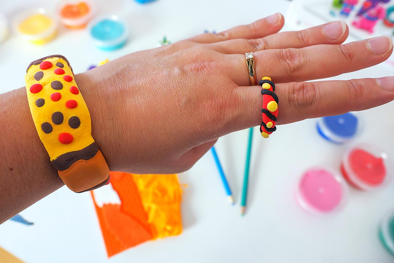 bransoletka i pierścionek pokazane na dłoni, wykonane z samoutwardzalnej masy hey clay.
