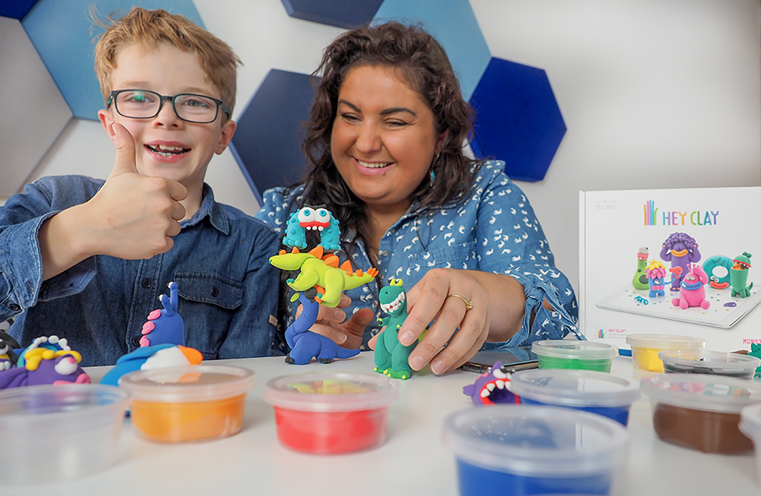 masa kreatywności, dobra zabawa z dzieckiem, mama i dzicko bawią się masą hey clay, dziecko pokazuje kciukiem, że to super zabawa.