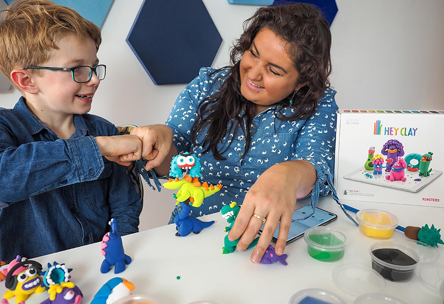 mama z dzieckiem przybija żółwika po udanej zabawie masą kreatywności hey clay