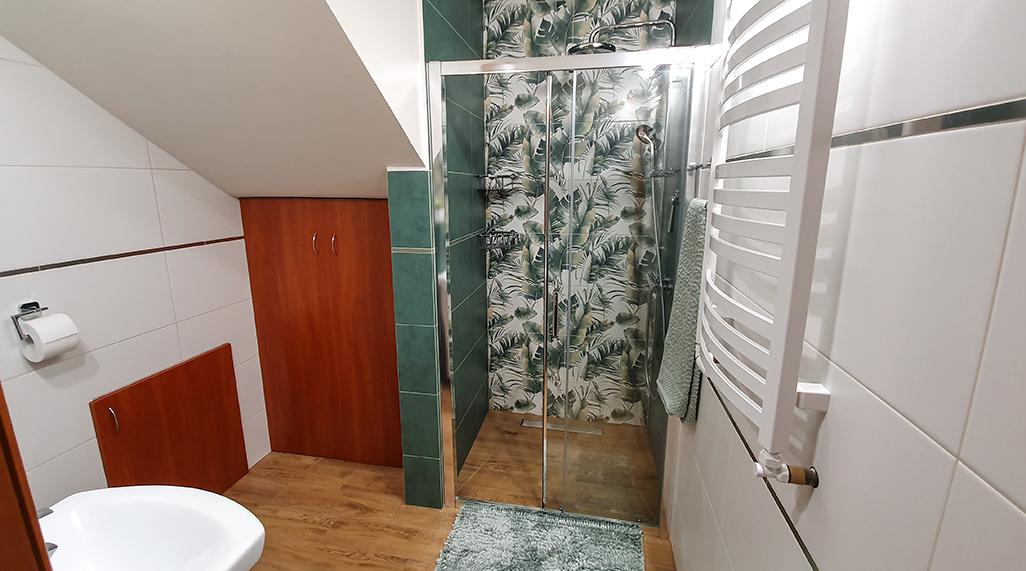 burano green, kafle dekoracyjne, tubądzin, mała łazienka z prysznicem inspiracje, dekory ścienne