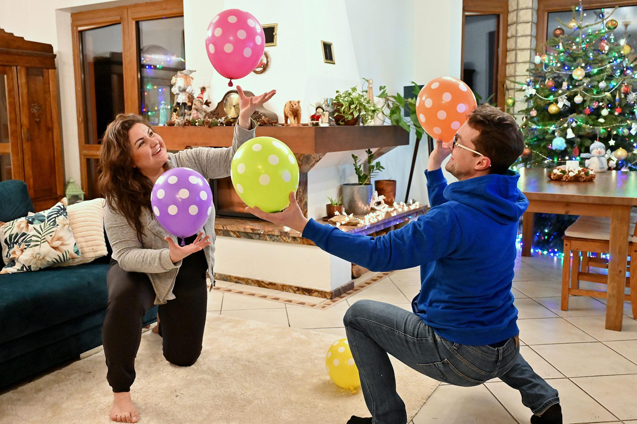 zabawy z balonami, zabawy ruchowe z balonami, pomysły na nudę dla dzieci