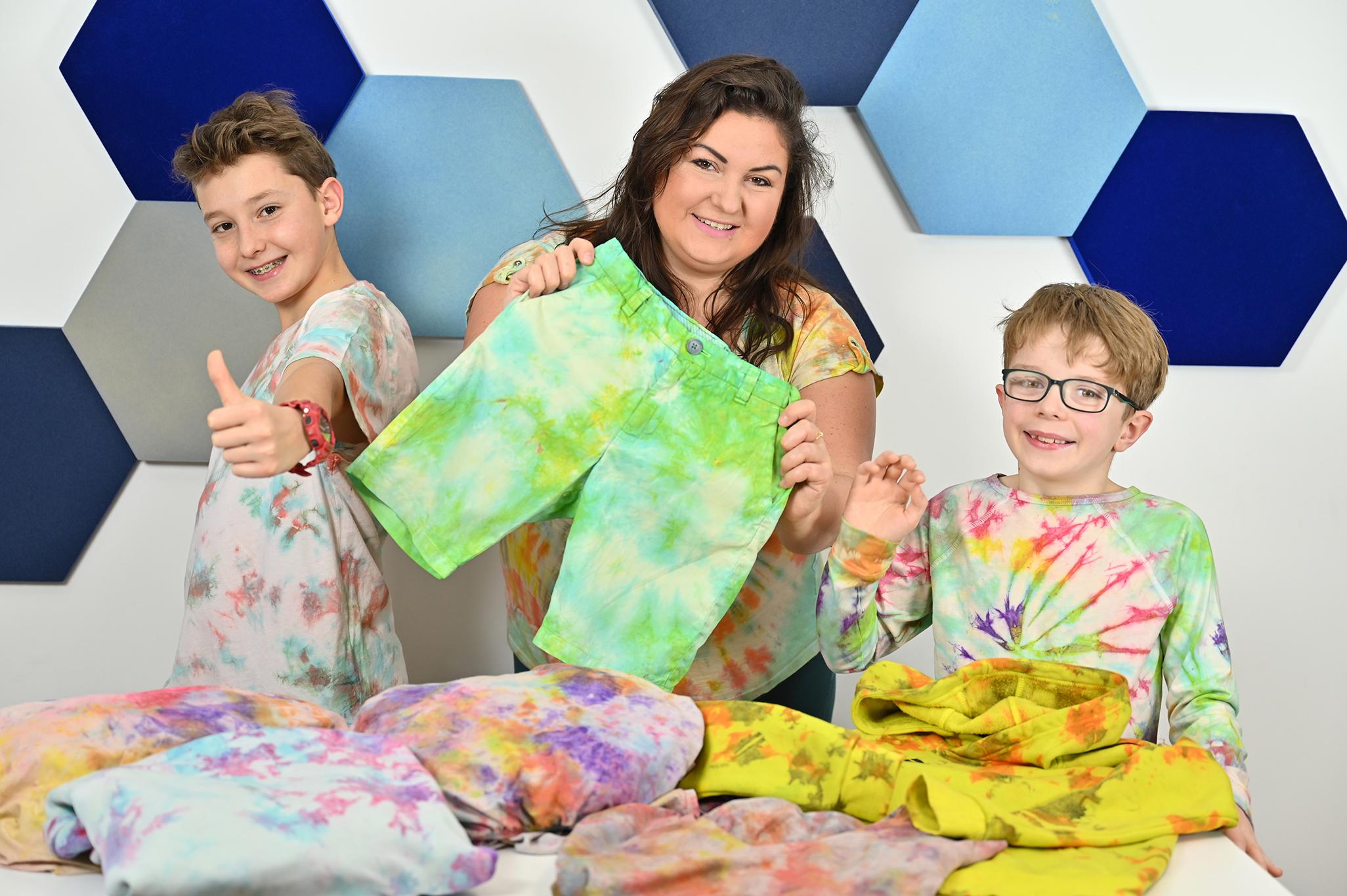farbowanie ubrań, barwienie tkanin i ubrań, barwienie metodą tie dye, jak zrobić tie dye, jak zafarbować ubranie, barwinie bluzy tie dye, farbowanie koszulki i spodni.