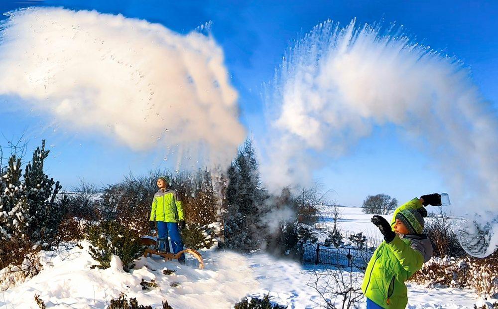 wrzątek na mrozie, gorąca woda na mrozie, zimowe zabawy dla dzieci, lodowa chmura, eksperyment z wodą, wrzątek i mróz