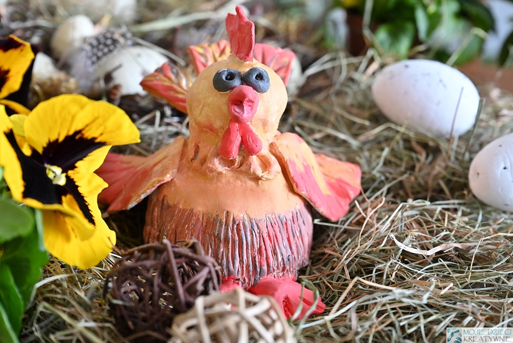 kura wielkanocna z gliny, jak ulepić kurę, dekoracje wielkanosne, praca plastyczna kura