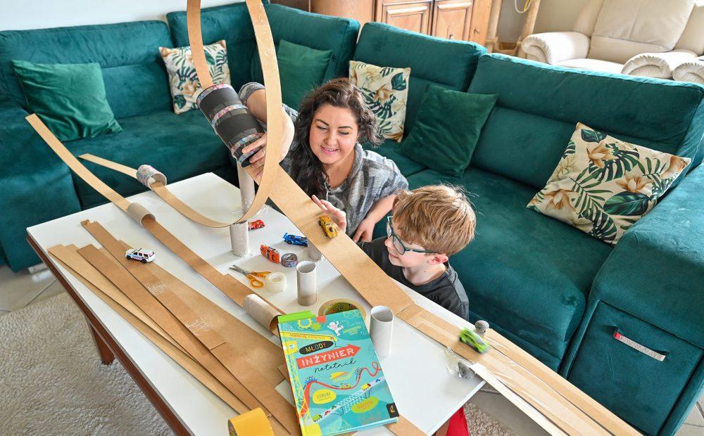 kreatywne zabawy dla dzieci, zabawy konstrukcyjne, budujemy koleje górską, rolercoaster, młody inzynier, moje dzieci kreatywnie