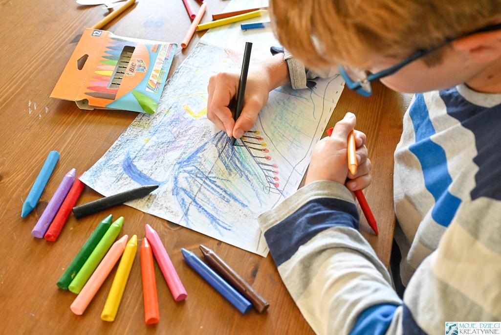 kredki świecowe dla dzieci, pomysły na rysunki, prawidłowy chwyt kredki