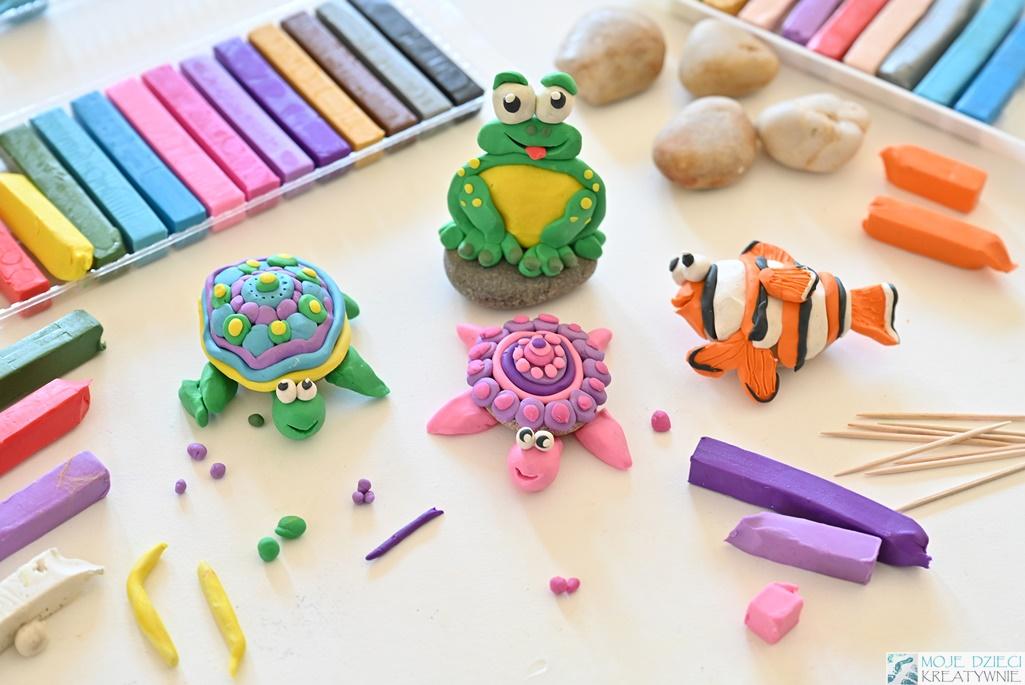 Zwierzątka z kamieni i plasteliny, figurki z plasteliny, żabka z plasteliny, moje dzieci kreatywnie