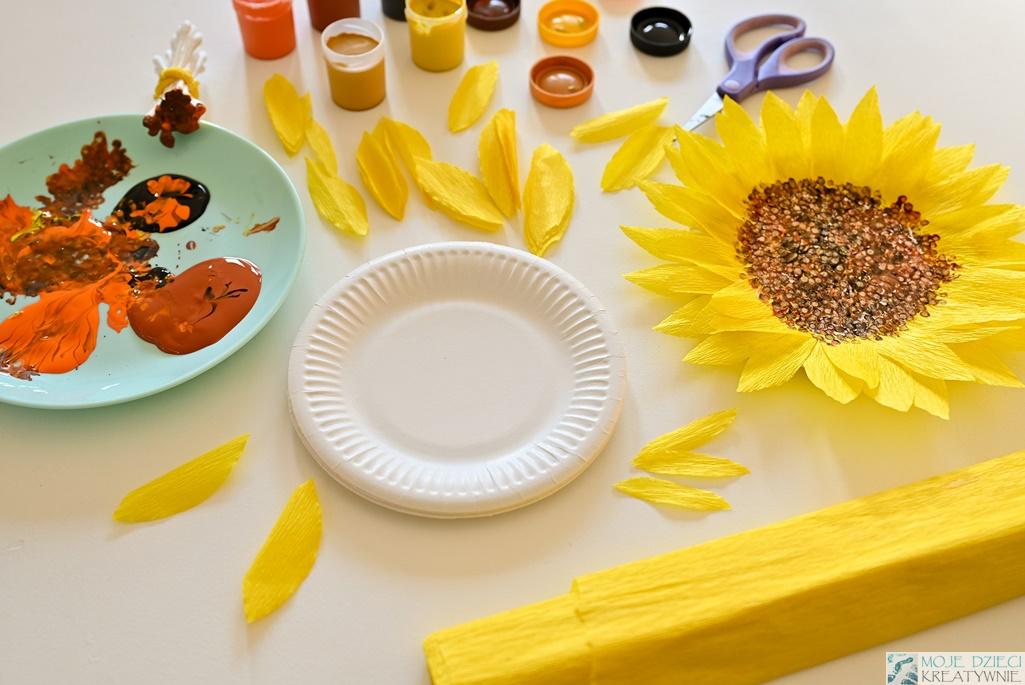 Słoneczniki z papierowych talerzyków, przyklejanie listków do papierowego talerzyka