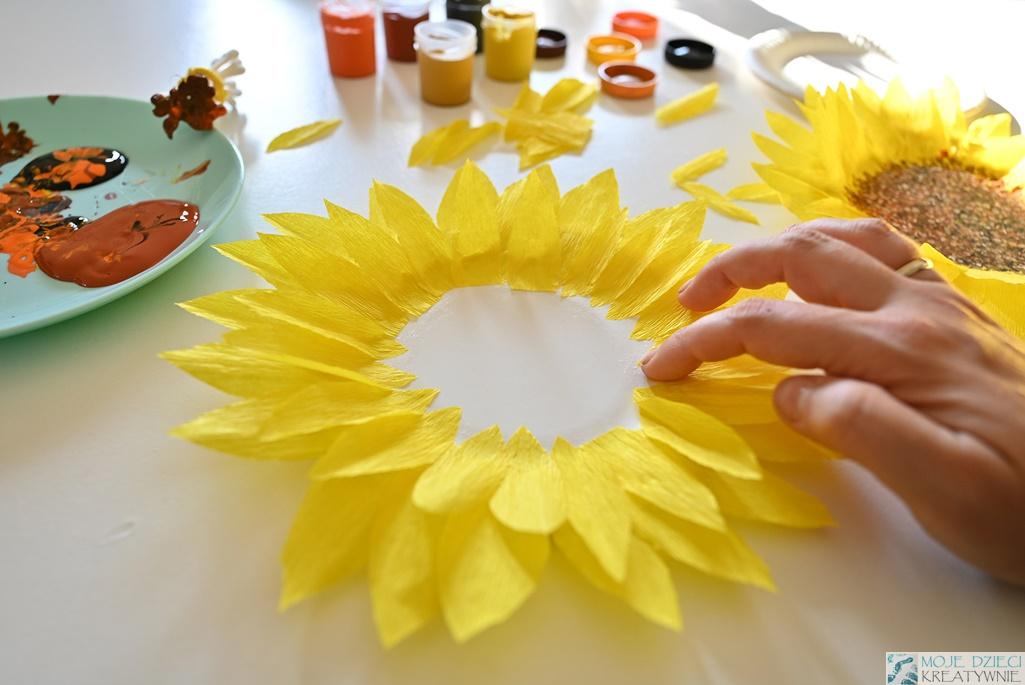 prace plastyczne w przedszkolu, słoneczniki z papierowych talerzykówm słonecznik z bibuły, słonecznik z papieru