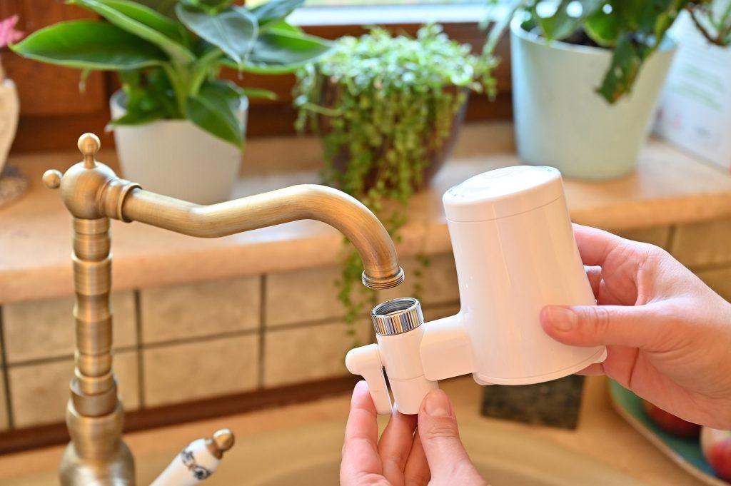 montaż filtra do wody na kran, tapp water